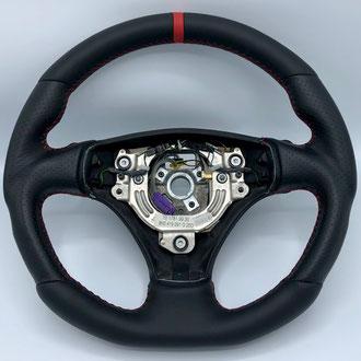 Volant Audi TT V6, modification de la mousse de la jante, cuir nappa lisse et perforé noir, point de croix, fil rouge, bande de cuir nappa lisse rouge à 12h