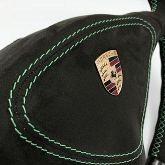 Détail partie centrale volant Porsche 996 en Alcantara noir, surpiqures vertes, fil fusible pour AirBag