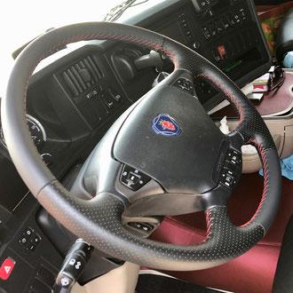 Volant Scania R cuir nappa lisse et perforé noir, point de croix, fil rouge