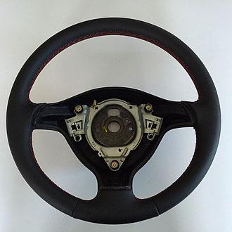 Volant Golf 4 cuir nappa lisse noir, coutures rouges, points losanges