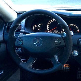 Volant Mercedes C63 AMG en cuir nappa lisse noir, Alcantara noir, couture blanche, point de croix