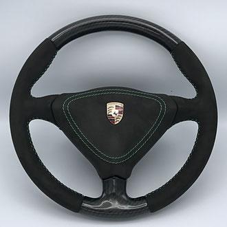 Volant Porsche 996 en Alcantara noir, point de croix, fil vert, création Carbone partie haute et basse
