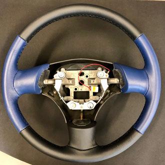Volant BMW M5 cuir nappa grain fin bleu et noir idem origine, point losange, fil noir