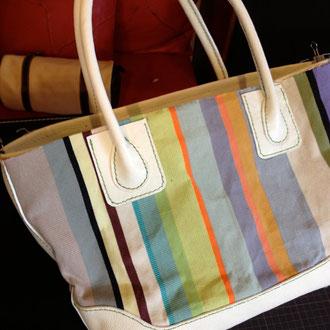 福岡のパルコ1階の帆布のお店・・人気ですね!革の色でどんな風にも遊べます。