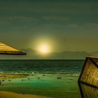 Sonnenschirme am Strand von Dahab