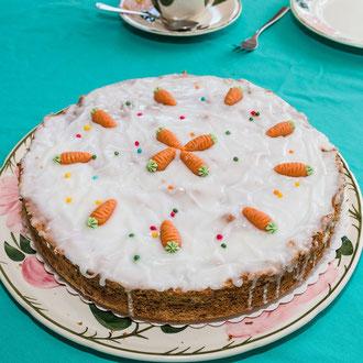 Schweizer Rüblikuchen mit Zuckerguss auf einer Tortenplatte -Rezepte Blog Kuchen und Dessert ©mjpics.de