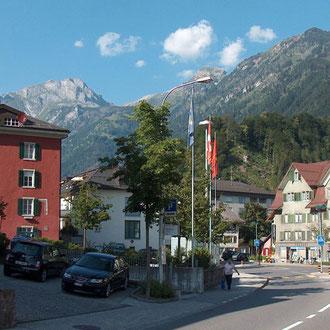 Der Kreuzplatz wurde früher Kreuzgasse genannt - in diesem Bereich sind der Haupstrasse wegen viele alte Häuser verschwunden. Links das Rothaus und rechts das Haus Ferrari (wahrscheinlich durch Grubenmann erbaut).