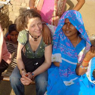 Die Inder lieben Selfies! So kommt es, dass ich immer wieder zum Foto Objekt werde....speziell mit guten Freunden! Rural Rajasthan !