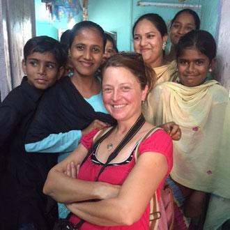 Die Inder lieben Selfies! So kommt es, dass ich immer wieder zum Foto Objekt werde....hier in einer Handweberei in Kota Rajasthan !