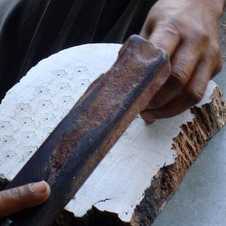 Stempel werden von Hand mit einfachen Werkzeugen geschnitzt.