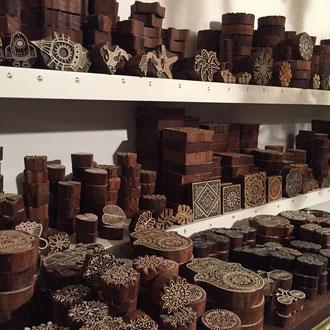 Grosse Auswahl an über 200 verschiedenen indischen Holzstempel im Laden Wädenswil