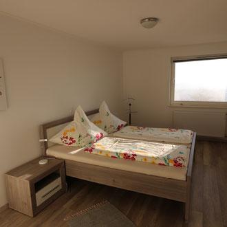 helles, modern eingerichtetes Schalzimmer, ebenfalls mit Fernblick