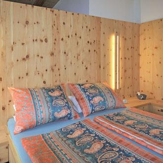 Ein Schlafzimmer aus Zirbe-Vollholz