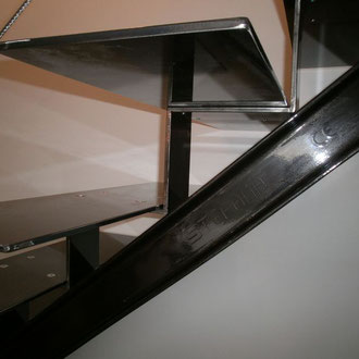 Différentes finitions sont possibles pour les escaliers en acier : thermolaquage ou acier brut verni