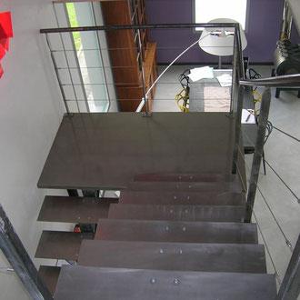 Escalier métallique avec palier intermédiaire , limon et marche en métal brossé et verni