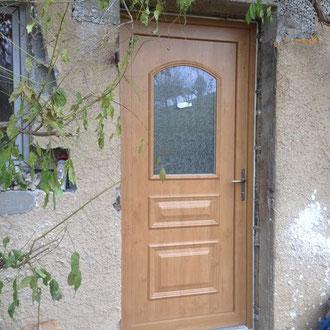 Porte d'entrée PVC Tendance aspect bois offrant performance d'isolation et esthétisme