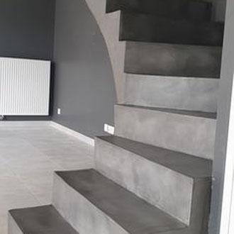 Beton Cire Betonputz Küche bad dusche wand boden möbel oberfläche keuken muur fugenfrei glatt elegant  trap treppe