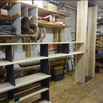 Büroregal und Büroschrank in Kernesche massiv und schwarzer MDF-Platte