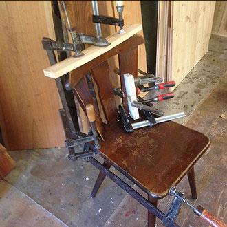 Stuhl wird repariert.