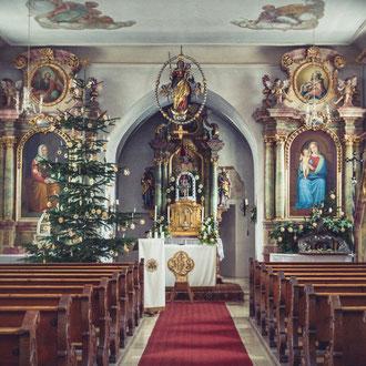 St. Bartholomäus (Überacker) in der Weihnachtszeit.