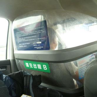 Ausländer sind wohl sehr gefährlich, oder warum ist der Fahrer unseres Taxis eingesperrt? ;)