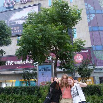 "Wir drei Austauschschüler vor der ""Food Mall"""