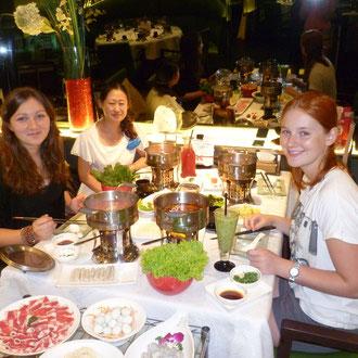 Im Restaurant beim Hot-Pot essen