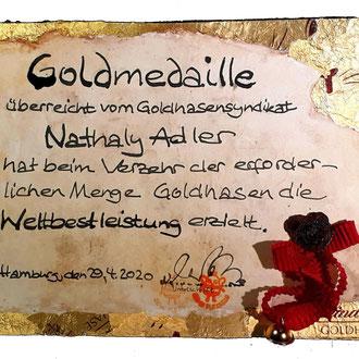 Nathaly mit der Goldmedaille für die Weltbestleisung im Goldhasen-Verzehr