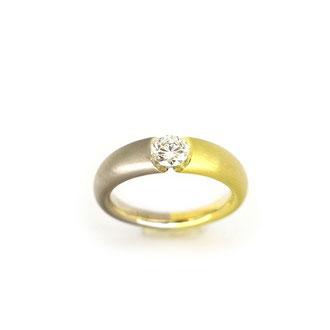 Ring aus 750/ooo WeißGold und GelbGold.