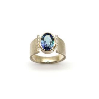 Tansanit. Ring aus Weißgold mit Brillanten.
