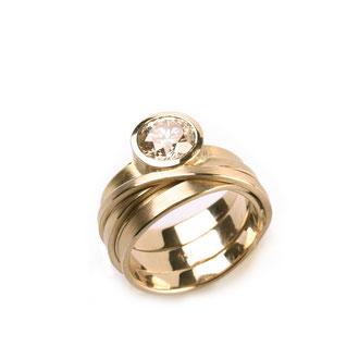 Ring. 750/ooo Champagnier Gold. Brillant