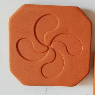 Magnet Croix Basque diamètre 5 cm terre cuite