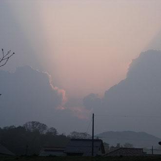 雲の隙間を貫く朝日