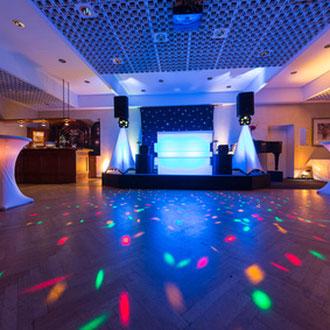 DJ buchen mit hochwertige Sound-und Lichtanlage für Private Partys. Hochzeiten Stuttgart, Firmenfeier Stuttgart, Geburtstagsfeier Stuttgart
