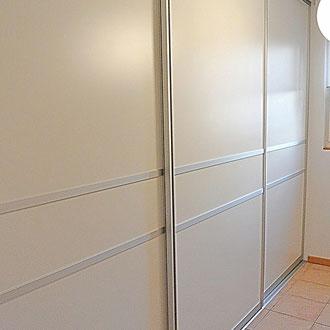 Gleitchiebetürenschrank für mehr Stauraum im Garderobenzimmer