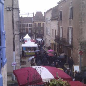 La rue de l'église marché aux petits producteurs fête de la Truffe lalbenque lot 46