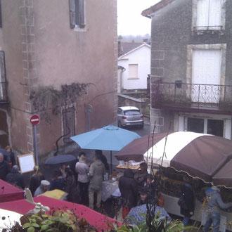 Le parvis de l'église marché aux petits producteurs fête de la Truffe  lalbenque lot 46