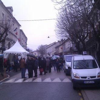 La rue du Marché aux truffes, avec le marché aux particuliers