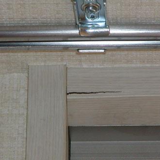 窓の額縁枠の割れ