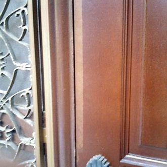 玄関扉の塗装はがれ
