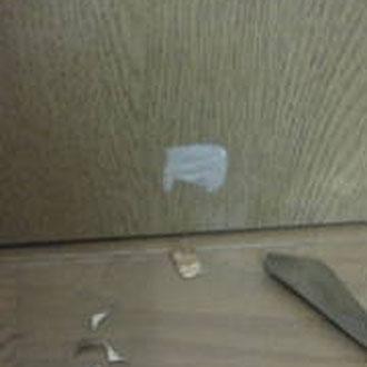 室内ドアの穴「補修中」