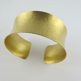 handgeschmiedete Armspange aus sattem 900 Gold