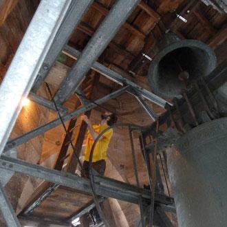 Alle Bauteile und Werkzeug musste über steile Treppen und Leitern bis auf 60m Höhe getragen werden. Foto: Rebekka Engels