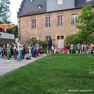 Viele begeisterte Uhu-Beobachter fanden sich abends rund um die Elisabethkiche ein. Foto: Axel Wellinghoff
