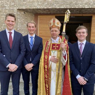 Paul, Jonas und Tim mit Bischof Erik Varden (v.l.)