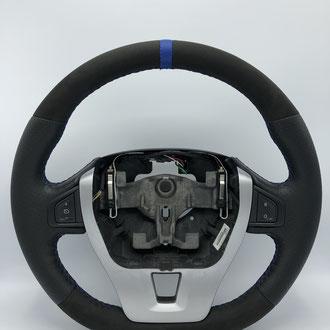 Volant Renault Laguna Alcantara noir, bande de cuir bleu, point de croix, fil bleu