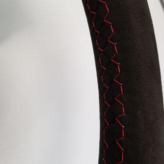 Détail volant Audi TT Alcantara noir, point losange, fil rouge et noir