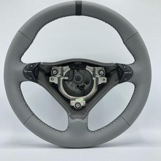 Volant Porsche 996 cuir nappa lisse gris, bande de rappel cuir nappa noir, point de croix, fil noir, épaississement de la jante en mousse IV3