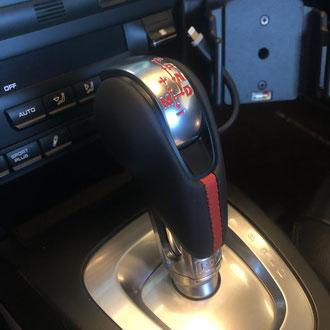 Pommeau Porsche PDK cuir nappa lisse noir, bande de cuir nappa lisse rouge, point de croix, fil rouge