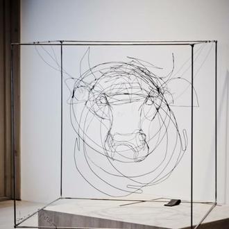"""""""Amandine"""" tête de vache dans cube fil de fer 3D de Arc en Lune 50x50cm"""